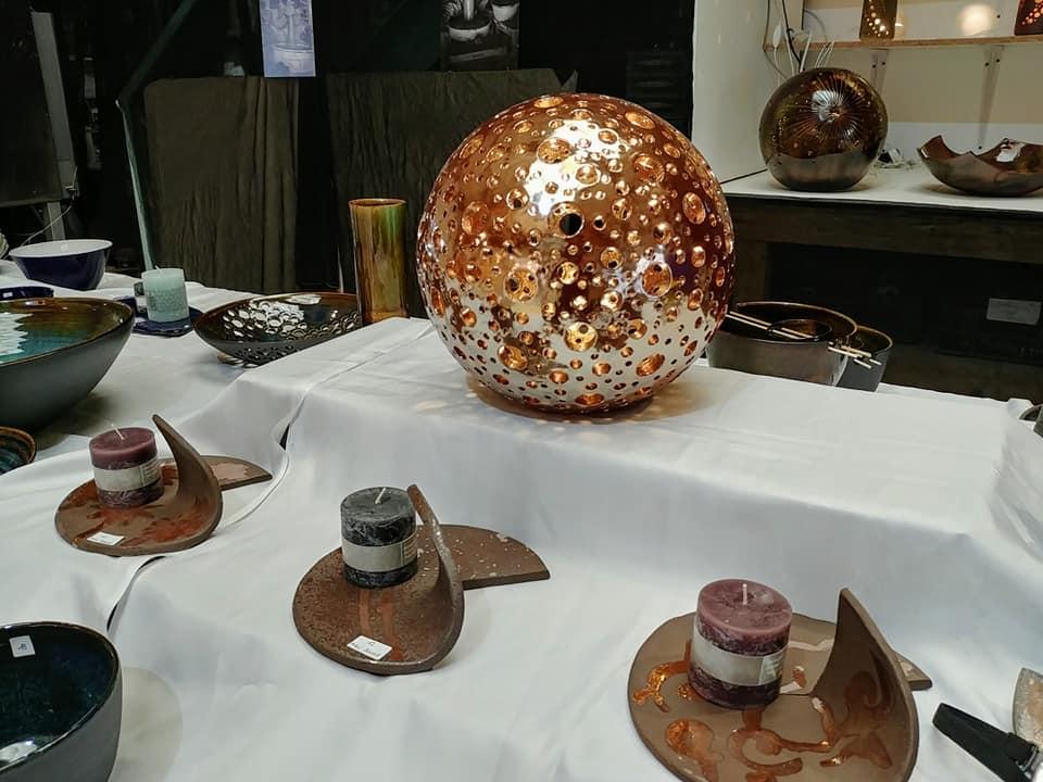 Sphère lumineuse en céramique à la Faïencerie de la Doller